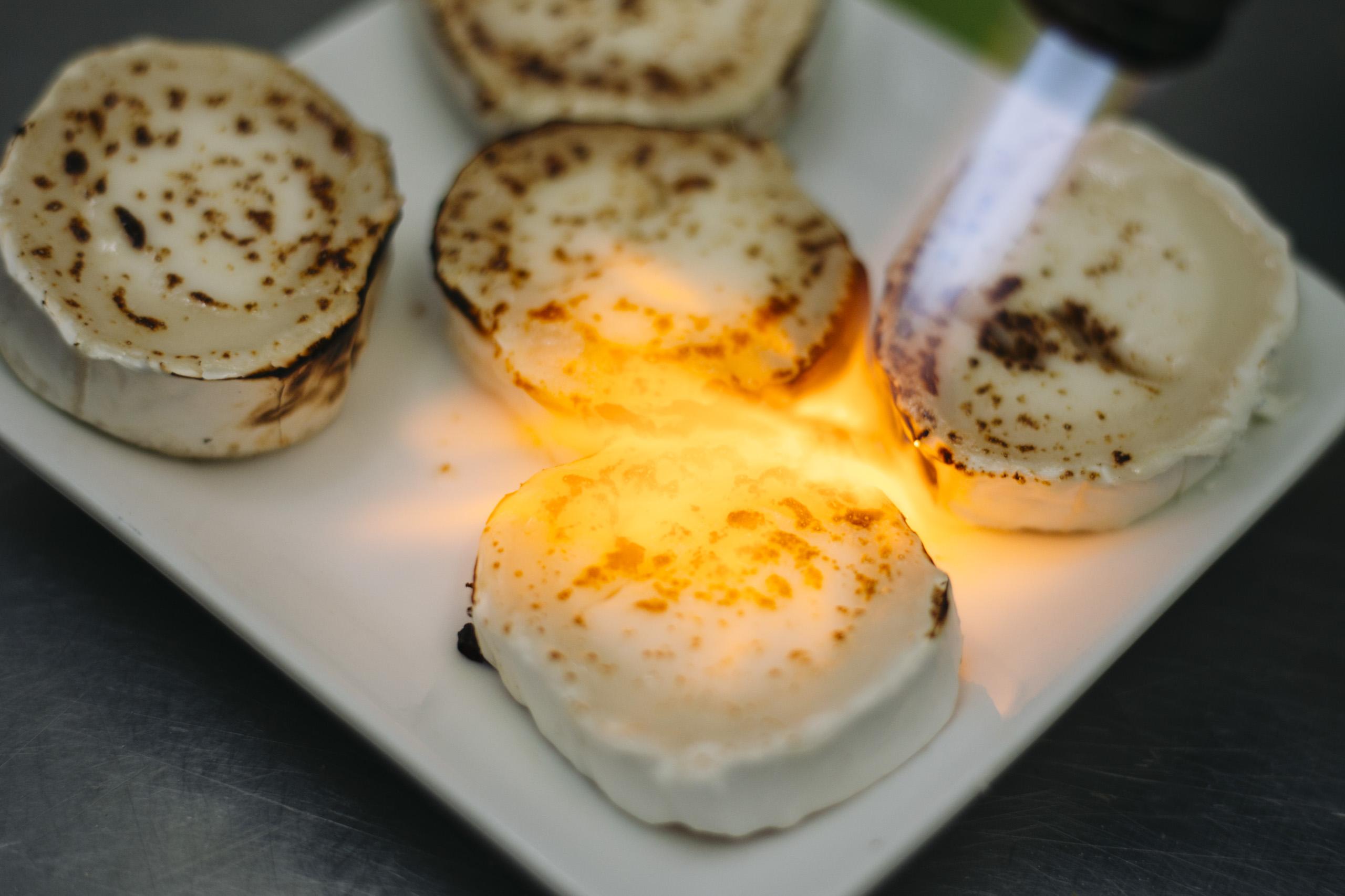 Flambierter Käse