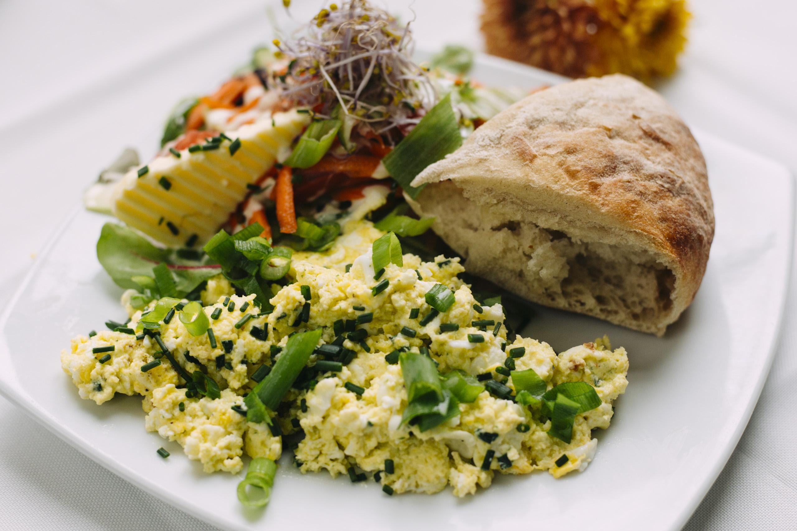 Rührei mit Brot und Salat